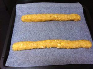 Из теста скатайте 2одинаковыеколбаски, как на фото.