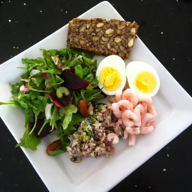 """Быстрый ужин на скорую руку #2 - дамский. Салат из рукколы, креветки и """"хлеб""""без муки и дрожжей"""