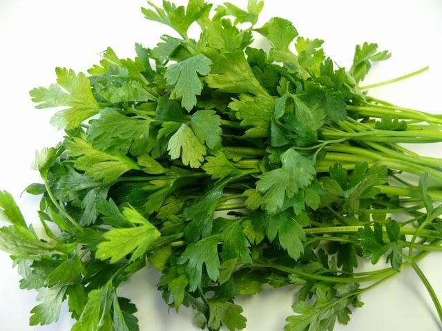 Петрушка - продукт против старения, богата миристицином, витамином С,каротиноидами, хлорофиллом.