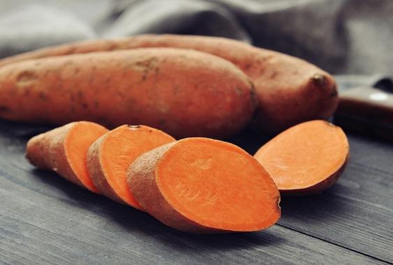 Сладкий картофель интересный продукт для красивого загара.Богат бета-каротином. Отлично заменитобычный картофель.