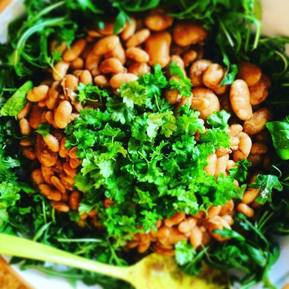 Салат с фасолью - отличный поставщик кальция в случае отказа от молочных продуктов