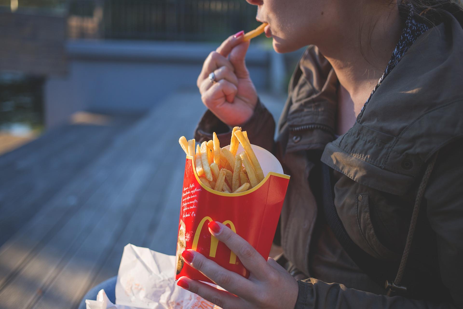 Жирные лузеры - Миф, что толстые - это те, кто целыми днями сидит на диване перед телевизором с тарелкой чипсов и способен донести свой толстый зад только до машины
