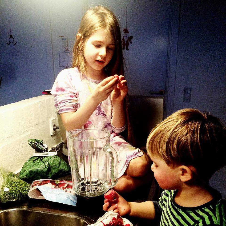 дети и сладости - нужно вести последовательную работу, чтобы объяснить им полезность других продуктов, кроме сладкого