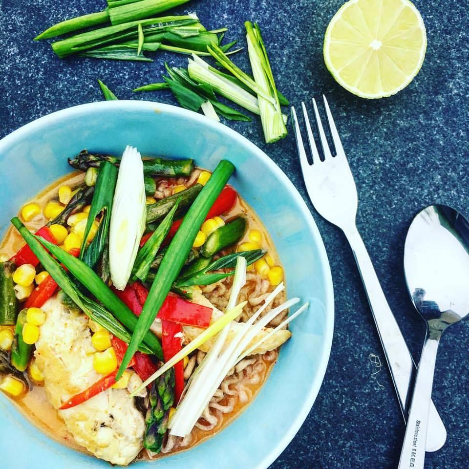 Лапша по тайски с курицей и овощами