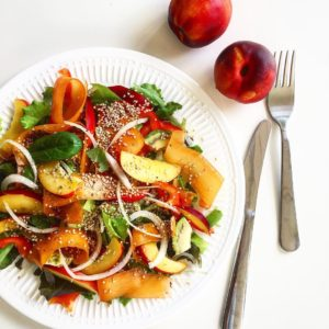Летний салат с нектаринами и авокадо