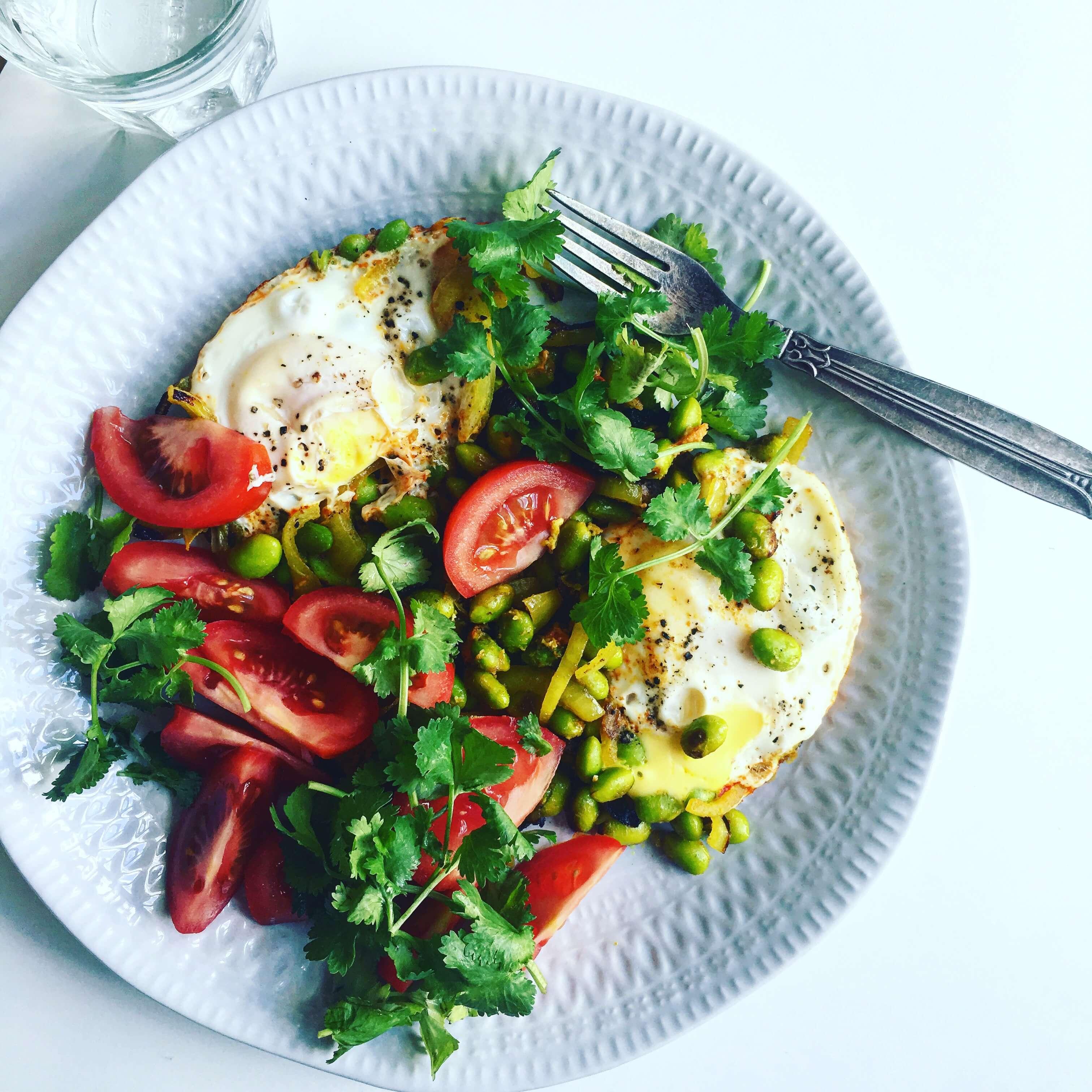 быстрый и полезный завтрак для гурманов: яичница с овощами и зеленью