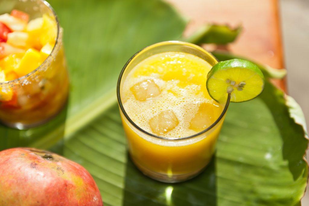 На каждые 100 мл свежевыжатого сока приходится очень большая концентрацию витаминов и минералов, ради которых мы, собственно, и пьем соки