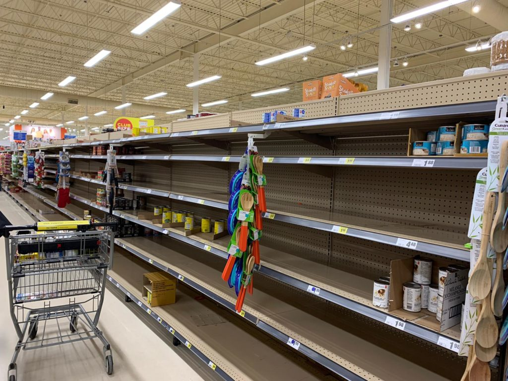 В супермаркете стало повеселее: толпы народа, стремительно пустующие полки, полное отсутствие картофеля, лука, риса