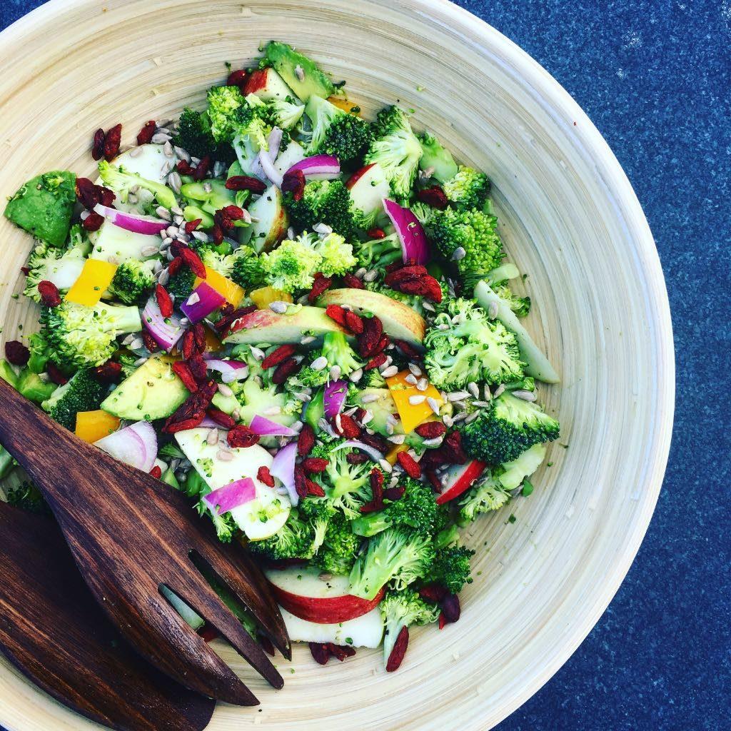 вкусный салат из брокколи с курагой рецепт
