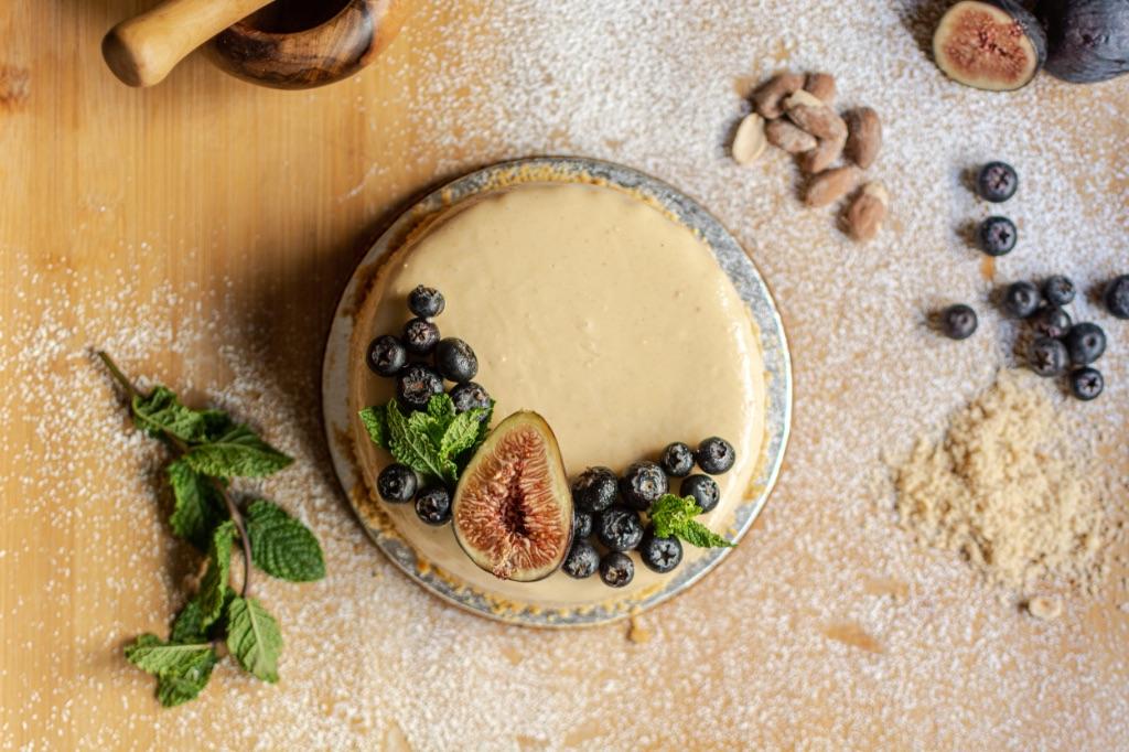 рецепт сыроедческого торта без глютена, молока и сахара - прост в приготовлении